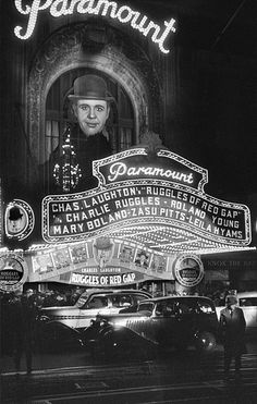 Paramount Theater, 1501 Broadway, New York, 1935 (Photo via the George Mann Archive) Old Pictures, Old Photos, Vintage Photos, Vintage New York, Vintage Hollywood, Classic Hollywood, Old Movies, Vintage Movies, Fosse Commune