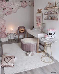 Rosa 💗 Il rosa si abbina alla perfezione con il bianco, il beige e gli accenti dorati. Questo colore è perfetto per decorare la camera da letto, il guardaroba o anche il salotto. 📸 @gozdee81 // Velluto Casa Idee Beauty Cameretta Pouf Toilette Cabina Armadio #rosa #shabbychic #casa #homedecor