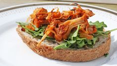 Foto: Mari Rollag Evensen / NRK Great Recipes, Whole Food Recipes, Vegan Pulled Pork, Sandwiches, Pork Sandwich, Different Recipes, Salmon Burgers, Food Inspiration, Food And Drink