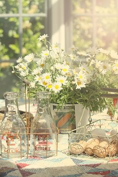 country table >> Love the jugs, would be really cute filled with sweet tea and lemonade.