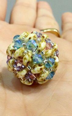 Bola de madera forrada de tupis Swarovski y cuentas superduo. Druzy Ring, Rings, Jewelry, Raw Materials, Beads, Crystals, Wood, Jewlery, Jewerly
