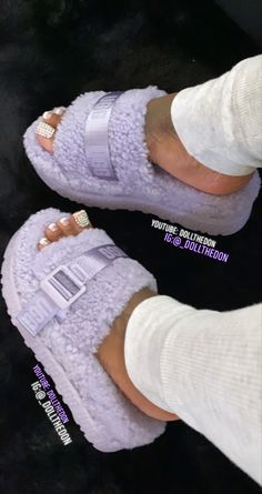 Cute Sandals, Shoes Sandals, Women Sandals, Sneakers Fashion, Fashion Shoes, Style Fashion, Fluffy Shoes, Girls Ugg Boots, Cute Slippers