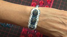 In diesem Clip zeigt euch Karin Jittenmeier eine einfache Variante zur Herstellung eines trendigen Armbands, bestehend aus den angesagten Loom Bändern und un...