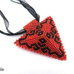 Šitý plastický trojúhelník v kombinaci červené a černé barvy zavěšený na stuze. Přívěsek je ušitý z vysoce kvalitního japonského rokajlu Miyuki Delica 11/0.  Trojúhelník je zavěšen na látkové stuze o délce 45 cm. Tuto  délku je možné ještě prodloužit cca o 4 cm díky přidanému prodlužovacímu řetízku.  Délka strany trojúhelníku je 6 cm. Bags, Fashion, Handbags, Moda, Fashion Styles, Fashion Illustrations, Bag, Totes, Hand Bags