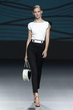 La última colección de Jessica Butrich, nos presenta la historia de amor imposible entre una flamenca y un pinguino, he aquí su representación del pinguino. Madrid Fashion Week.