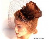 7338 Bibi mariage fleurs en plumes sisal voilette marron : Chapeau, bonnet par fischl-design