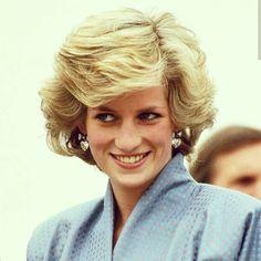 """El 1 de julio del 2020 la eterna Diana """"Princesa de Gales"""" habría cumplido 59 años. Hasta hoy se sigue especulando sobre su fallecimiento. Princess Diana Hair, Princess Diana Dresses, Princess Diana Family, Princess Of Wales, Images Of Princess, Princess Diana Pictures, Royal Colors, Diana Fashion, Thing 1"""