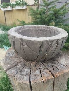 Garden decoration made of concrete Concrete Crafts, Concrete Planters, Diy Planters, Tall Outdoor Planters, Outdoor Gardens, Outdoor Decor, Garden Crafts, Garden Projects, Tropical Backyard Landscaping