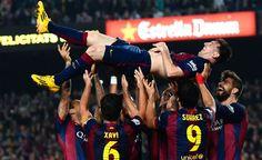 Leo Messi es manteado por sus compañeros el día que batió el récord de Telmo Zarra como máximo goleador de la Liga.