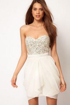 Lipsy – VIP – Kleid mit Pailettenbesatz auf der Brust