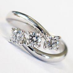 Anello da fidanzamento con diamanti in oro bianco 18KT, prodotto in Italia con manifattura interamente artigianale.