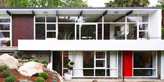 Today we'll show you Tim Ross' house, an Australian comedian and mid-century modern enthusiast, living in a original mid-century modern house in Sydney.