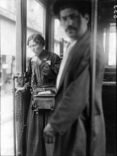 Guerre 1914-1918 Une lourde sacoche autour du cou, cette femme, fraîchement arrivée au poste de contrôleuse de tramways à Paris