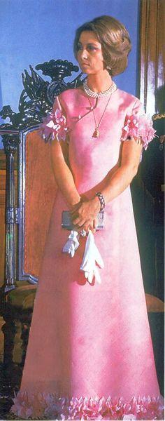 La reina siempre se ha vestido con diseñadores españoles, su diseñadora de cabacera es Margarita Nuez. En los años 70, sus favoritos eran  Pertegaz y Berhanyer.
