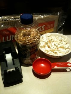 Microwave popcorn DIY - I think I need to start doing this- Dr. Oz says spray w butter flavored Pam and then add Popcorn flavors if you want he flavoring to stick. I did it with coconut oil. I will never buy microwave popcorn again. Lunch Snacks, Easy Snacks, Healthy Snacks, Homemade Microwave Popcorn, Easy Dinner Recipes, Snack Recipes, Diy Food, Food Ideas, Recipes From Heaven