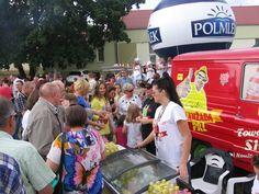 Konkurs w szybkim piciu Oranżady PRL prowadzony przez naczelnika wydziału rozrywki i propagandy Krzysztofa Skibe w Brześćiu Kujawskim