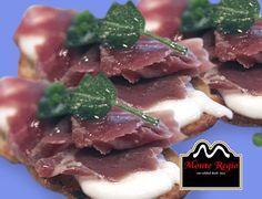 Tosta de mozzarella y jamón ibérico #MonteRegio ¡feliz martes!