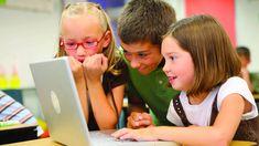 Educación: Estos geniales dibujos animados 'made in Spain' enseñarán tecnología a tus hijos. Noticias de Tecnología. Leo, Emma, el dron Flee y el robot Ronnie protagonizan Arora Team, una serie de dibujos animados en internet que explica a los niños conceptos tecnológicos. La idea es de un desarrollador español