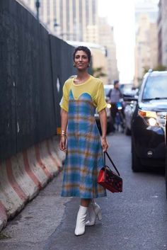 We're bringing you the latest street style looks from New York fashion week, all in one place. Check out the inspiring outfits inside. New York Fashion Week Street Style, Spring Street Style, Cool Street Fashion, Street Style Looks, Over 50 Womens Fashion, Fashion Tips For Women, City Outfits, Fall Outfits, Estilo Fashion