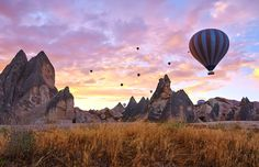 Comece o dia com um voo de balão de ar quente sobre a paisagem da Capadócia, na Turquia © Moyan_Brenn