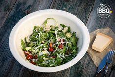 Rucolasalat+mit+Parmesan+Immer+häufiger+werde+ich+gefragt+welchen+Salat+ich+zum+Steak,+gefüllte+Hähnchenbrust+oder+Schweinefilet+serviere.+Mein+Favorit+ist+zur+Zeit+frischer+Rucola+mit+Parmesan.+Mit+knackigen+Kirschtomaten+und+Gurke+ist+es+die+perfekte+Beilage+für+viele+Fleischgerichte.+Zutaten:+1+Packung+Rucola+10+Kirschtomaten+eine+halbe+Gurke+100+g+Parmesankäse+7+EL+Balsamico+[…]