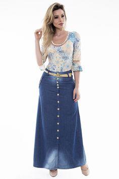 Saia Longa confeccionada no Jeans Amaciado, possui modelagem em linha A, de um leve evasê, o modelo conta com detalhe trançado nos bolsos que sao funcionais no mesmo, fechamento em botões frontal. O cinto que acompanha a peça é dourado.