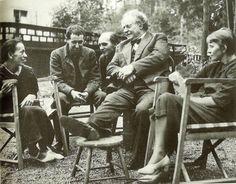 Helene Weigel y Margarete Steffin con Bertolt Brecht y otros colaboradores