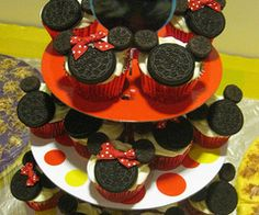 Mickey and Minnie cupcakes - SO CUTE!! -- @Jennifer Hearn, might be good for Jess' bday.