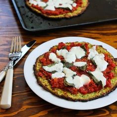 Zucchini-Crust Vegetarian Pizza Margherita can be made in the oven or on the grill! This Low-Carb Zucchini Crust Vegetarian Pizza Margherita is delicious and has a crust made of grated zucchini. Low Carb Zucchini Recipes, Gluten Free Recipes, Low Carb Recipes, Cooking Recipes, Healthy Recipes, Zucchini Pizzas, Pizza Recipes, Vegetarian Pizza, Healthy Pizza