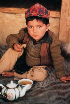 Afghan boy having tea and toast Kids Around The World, We Are The World, People Around The World, Precious Children, Beautiful Children, Afghanistan Culture, Afghan Clothes, Tea Culture, Central Asia