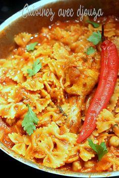 Les pâtes en sauce (makarouna bel salsa) est une recette de pâte tunisienne, piquante à l'harissa, qui fait partie du patrimoine culinaire tunisien. La sauce