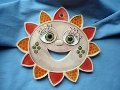 """Květinka """"podzimní"""" Závěsná modelovaná kytička 15 cm. Clay Art Projects, Clay Crafts, Ceramic Clay, Ceramic Pottery, Pottery Handbuilding, Pottery Animals, Hand Built Pottery, Ceramic Flowers, Sculpture Clay"""