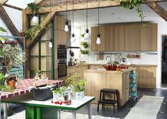 IKEA: nos coups de cœur du catalogue 2016 - Marie Claire Maison / Une cuisine aménagée comme une serre / Green Home / Kitchen with lots of plants