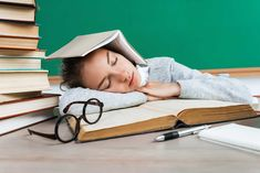 Po náročných týždňoch plných ťažkých skúšok, konečne nastane čas na oddych. Pozriete si svoj obľúbený seriál, objednáte si k nemu svoje najobľúbenejšie jedlo. A potom sa chcete uložiť spať. Ale zrazu ani za nič nemôžete zaspať. Váš mozog je jednoducho nastavený na záťaž zo skúšok a neviete ho vypnúť. Ako to riešiť a nastaviť si opäť zdravý spánkový režim? Back To School, Baby Strollers, Toddler Bed, Language, Sleep, Student, Learning, Children, Books