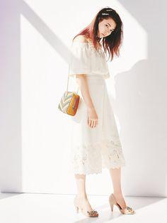 【八木 アリサ】オフショルの胸元と裾の刺繍、一枚でトレンドが満載 Lily Brown 裾刺繍ロンパース ¥11,800(+税) Lily Brown 配色キルティングチェーンバッグ ¥9,400(+税)
