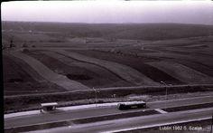 Fotografie wykonał Stanisław Szalak. Rok 1982, widok na ulicę Jana Pawła II, w tle Stary Gaj a pomiędzy pola na których obecnie znajduję się Osiedle Górki