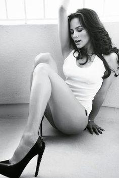 paula patton b/w sexy Paula Patton, Hot Girls, Glamour, Beauté Blonde, Beautiful People, Beautiful Women, Femmes Les Plus Sexy, Belle Photo, Sexy Legs