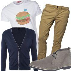 Lo stile geek sta dilagando, diventando sempre più di tendenza. Se siete appassionati di questo trend, indossate una t-shirt stampata, cardigan, chinos e chukka boots.