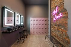 Female changing rooms at F*IT Having a fit and fit body is desirable by everyone. Boutique Interior, Gym Interior, Interior Design Studio, Dance Studio Design, Fitness Studio, Fitness App, Dance Fitness, Gym Decor, Gym Room