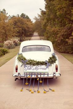 Gorgeous vintage get-away car | Image via wedsociety.com