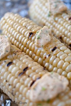 Pinning for the Sriracha Scallion Butter. Would be good on all kinds of veggies. Grilled Corn with Sriracha Scallion Butter. I Love Food, Good Food, Yummy Food, Yummy Snacks, Tasty, Corn Recipes, Side Dish Recipes, Recipies, Vegetable Side Dishes