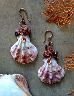 Amethyst Scallop Earrings Handmade Copper Wire wrapped Amethyst stone, Glass, and Copper bead Earrings, with pink speckled Scallop Shells, and Copper Ear Wires. Diamond Bar Necklace, Triangle Necklace, Gold Choker Necklace, I Love Jewelry, Wire Jewelry, Jewelry Making, Beach Jewelry, Seashell Jewelry, Unique Jewelry