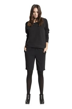 Flavia sweat top og Francesca city shorts. Køb det på http://www.blackswanfashion.dk/ Flavia sweat top and Francesca city shorts. Buy it on http://www.blackswanfashion.com/ #cottonsweatshirt #paddedsweatshirt #ribsweatshirt #roundnecksweatshirt #sweatshirtwithwavyeffect #cosysweatshirt #keepitcasual #cutesweatshirt #blackshorts #boyishshorts #abovekneelengthshorts #cuteshorts #fashionableshorts #perfectshorts #amazingshorts #shortswithelasticwaistband