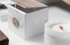 For Brands studio polonais a eu la mission de créer le packaging d'un produit baptisé Message Candles, une collection de bougies mèche bois à offrir