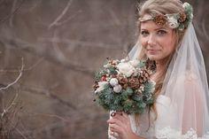 Dieser Brautstrauß passt super zu einer Hochzeit im Winter. Schaut bei hochzeitsportal24.de vorbei und entdeckt mehr tolle Beispiele und Ideen.