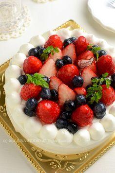 The Cake Decorating Business Mini Cakes, Cupcake Cakes, Fruit Cake Design, Fruit Birthday Cake, Asian Cake, Cake Recipes, Dessert Recipes, Japanese Cake, Strawberry Cakes