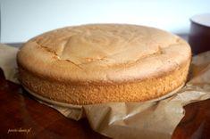 Smaczne ciasto bez glutenu nie stanowi dla nas już wyzwania. Wiele bezglutenowych wypieków jest pysznych i niemal identycznych w smaku jak te z mąką pszenną. Bezglutenowe urodziny i smaczny tort był jednak dla nas pewnym sprawdzianem. Nie ma tortu bez smacznego, wyrośniętego i bezglutenowego biszkoptu. Przepis na bezglutenowy biszkopt do tortu opisany poniżej nie kruszy …