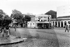 Antigo posto de gasolina, com o Pavilhão Ajuricaba à esquerda. Manaus.