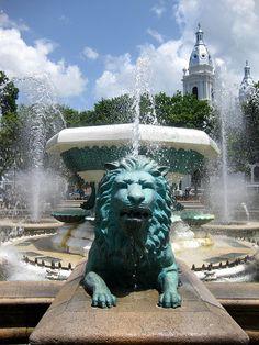 León de la fuente en la Plaza Las Delicias, al centro de Ponce.  #ponce #downtown #plaza