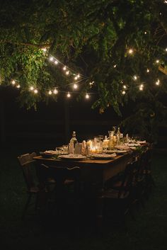 outdoor party - dining table set up under a tree with string of lights woven - Table Settings Outdoor Dinner Parties, Outdoor Entertaining, Party Outdoor, Deco Luminaire, Garden Party Decorations, Wedding Decorations, Table Decorations, Dinner Table, Night Table